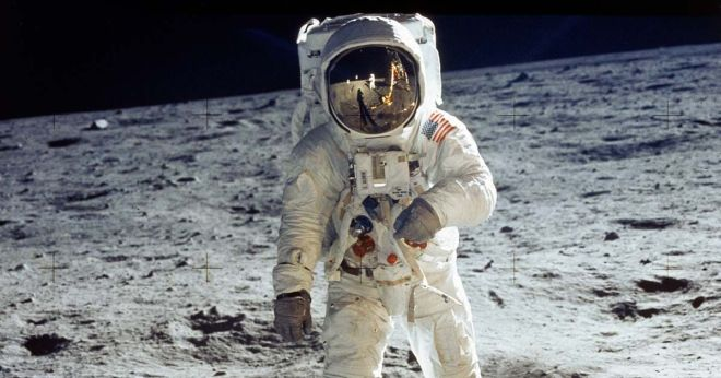 0_Apollo-11-astronaut-Buzz-Aldrin-standing-on-moon-with-astronaut-Neil-Armstrong